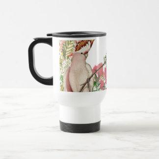 Cacatúa rosa sobre manto de flores taza de café