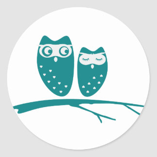 Cute owl couple with hearts round sticker