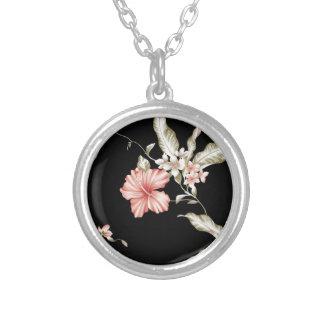 flower pattern round pendant necklace