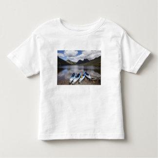 kayaks cradle mountain and dove lake cradle toddler t shirt. Black Bedroom Furniture Sets. Home Design Ideas