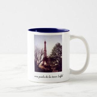 La Tour Eiffel, aux pieds de la tour Eiffel Two-Tone Coffee Mug