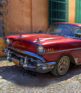 9aa02bf6699c Street scene with old car in Havana Jandals