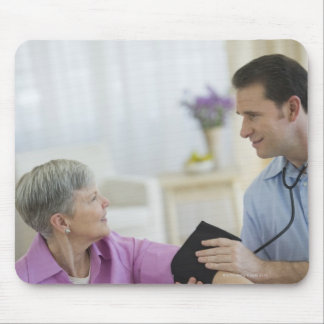 USA, New Jersey, Jersey City, Smiling man taking Mouse Pad