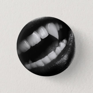 VAMPIRE FANGS 3 CM ROUND BADGE