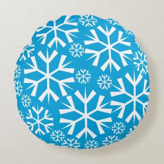 White Snowflakes Pattern on Blue Background Round Cushion