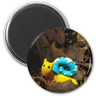 Yellow snail amidst Autumn leaves 6 Cm Round Magnet